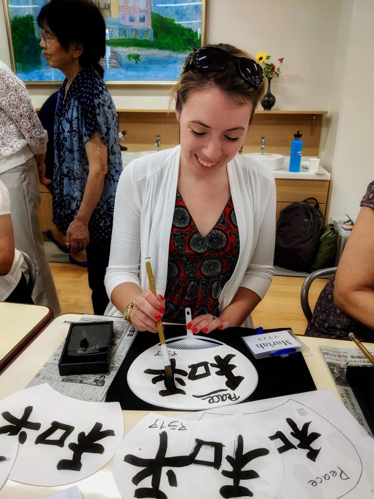 Learning Japanese calligraphy from high school students from Jogakuin High School